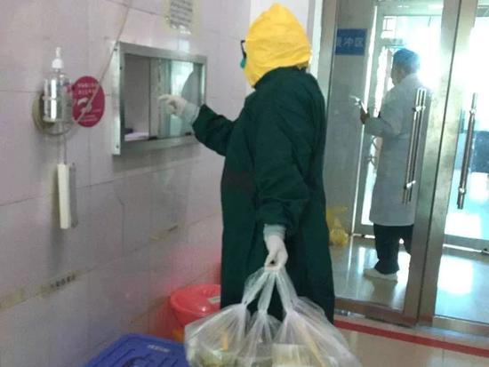 每天穿着层层防护服数十小时穿梭在病房内