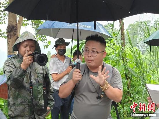 盈江观鸟协会会长班鼎盈。中新网记者 张旭 摄