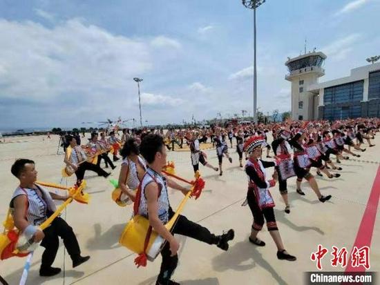 图为云南红河弥勒东风机场开航仪式现场。 倪嘉云 摄