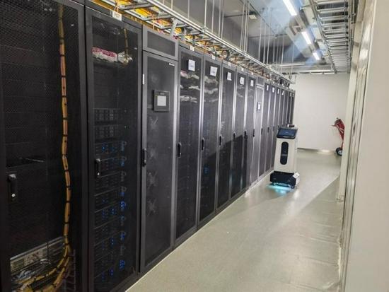 ▲中国移动云南数据中心智能机器人巡检工作中