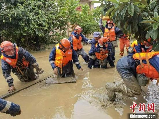 图为救援现场。洱源县森林消防中队供图