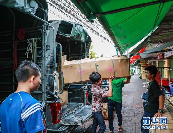 2月10日,在泰国曼谷,锦泰花卉的工作人员卸运从云南运来的鲜花。 新华社记者 张可任 摄