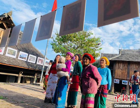 图为民众正在观看展览。 中国民俗摄影协会供图