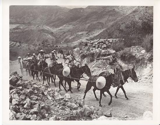 中国远征军骡马运输队通过滇缅公路滚龙坡 美军164照相连拍摄 饶斌提供