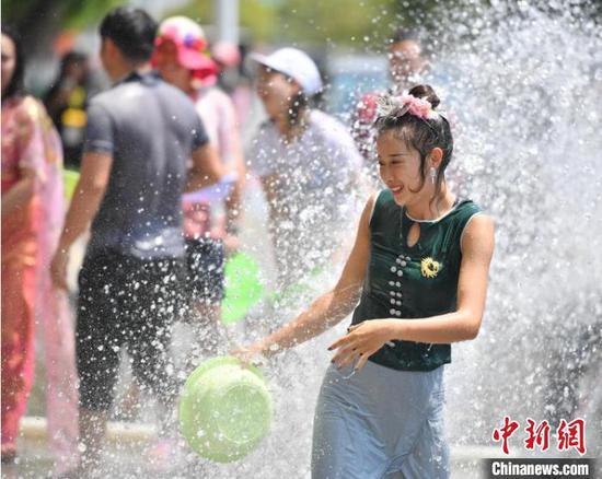 图为2019年的云南德宏泼水节,民众欢度节日(资料图)。刘冉阳 摄