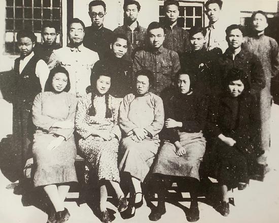 1943年云南中华职业教育社职员合影