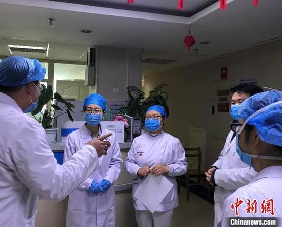 图为陈晓娟博士开展日常督察工作。 武英利 摄