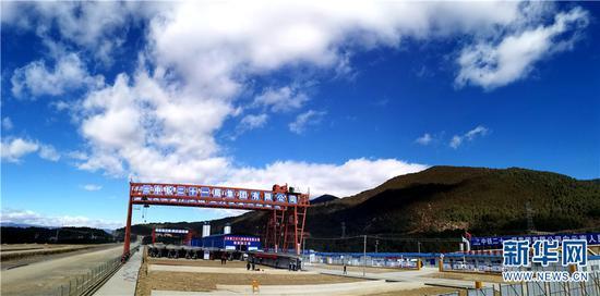蓝天白云映衬下的丽香铁路制梁场。