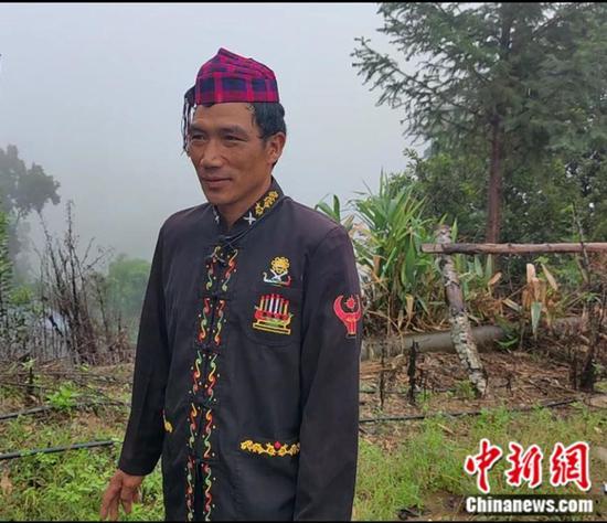 石梯村民小组党支部书记排忠华。中新网记者 张旭 摄