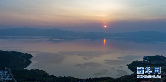 8月26日拍摄的夕阳下的抚仙湖。