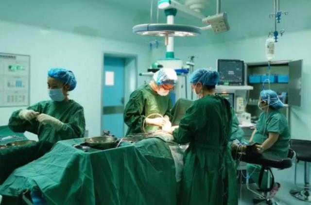 资料图 巧家县人民医院医生给患者做手术