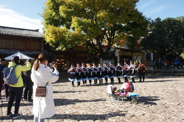 纳西族舞蹈引得游客驻足拍照 记者 木晓雯 摄