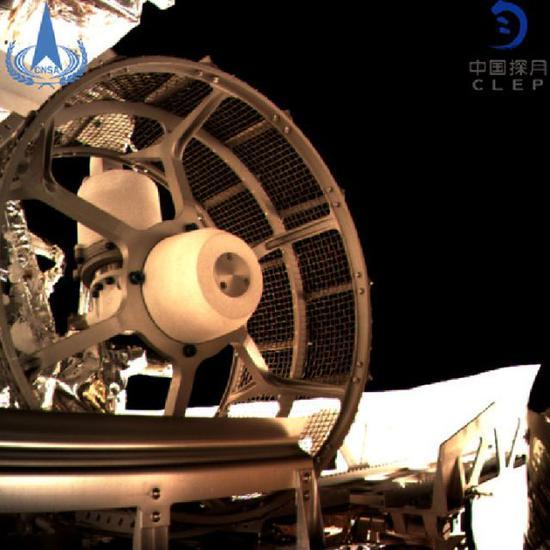 1月3日晚间,嫦娥四号着陆器与巡视器成功分离,玉兔二号巡视器(即月球车)顺利驶抵月背表面。新华社发(国家航天局 供图)