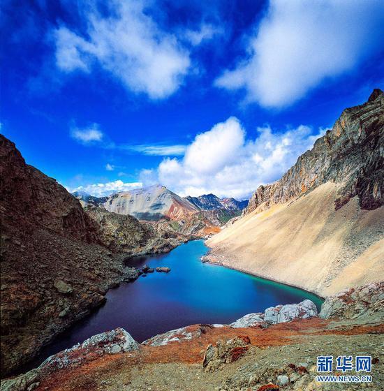 围绕巴拉格宗神山,分布有大大小小18个高原圣湖,湖水碧蓝通透。(景区供图)
