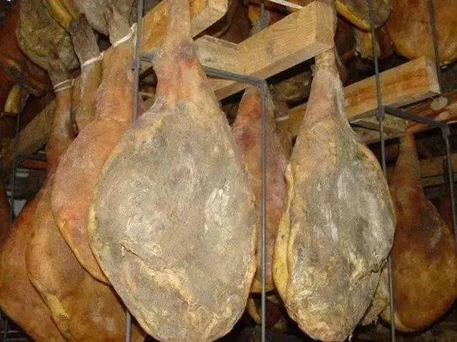 腌制成熟的宣威火腿(资料图)
