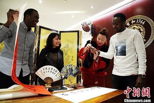 资料图:外国留学生练习剪纸与书法,感受中国传统文化。中新社记者 汤彦俊 摄