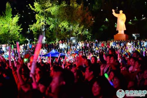 当地群众和游客一起欣赏这场视听盛宴。陈忠华摄