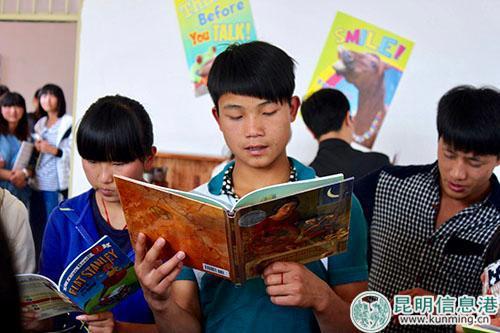 华宁一中的学生正在认真阅读英语书 供图