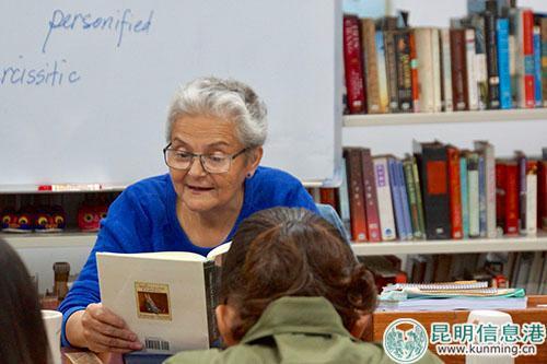 包琼正在为学生朗读英语书 记者苏雯芊/摄