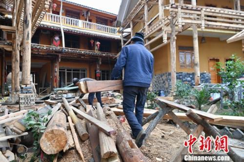 1月16日,云南丘北普者黑景区内客栈进行提升改造。中新社记者 任东 摄