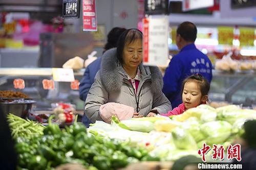 资料图:消费者选购蔬菜水果。中新社记者 张云 摄