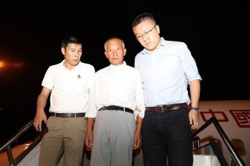 职务犯罪嫌疑人张德友被带下舷梯。图片来源:云南省纪委监委网站。