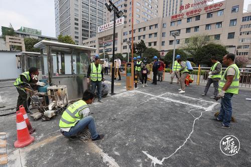 4月2日铁上海局六公司承建的昆明地铁1号线西北延工程金碧广场站路段制做路面标线