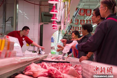 图为山西太原某超市民众购买猪肉。中新社记者 张云 摄