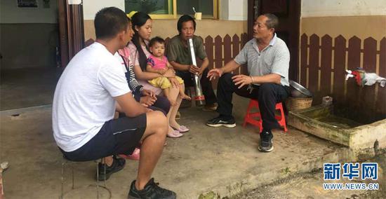 朱福忠进村入户了解情况。