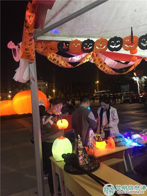 园内南瓜灯饰品随处可见。实习记者张乐凡/摄