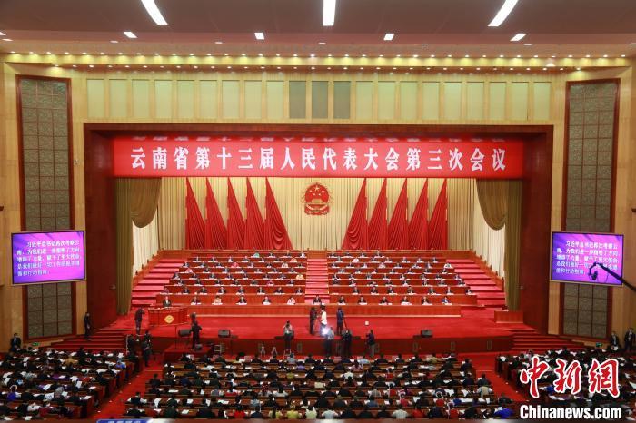 图为云南省第十三届人民代表大会第三次会议10日在昆明召开。 符皓 摄