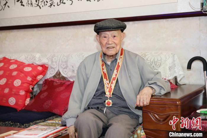 图为99岁高龄的刘一如。 鹿晋云 摄
