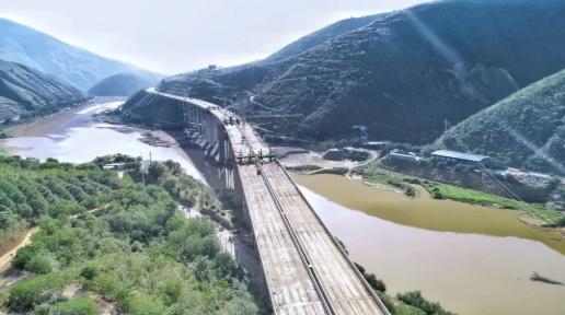 云南元蔓高速控制性工程南沙红河特大桥双幅架通