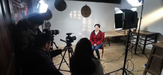 中共禄劝县委党史研究室主任李迎春接受采访