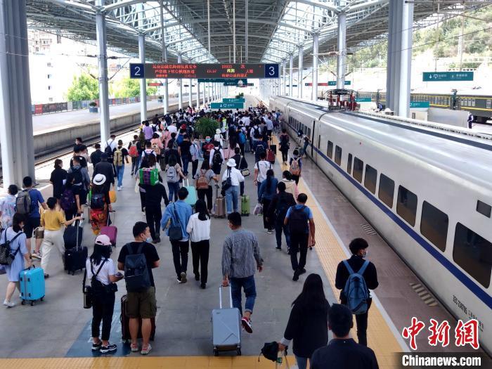 图为今年暑运旅客搭乘动车出行。 中国铁路昆明局供图