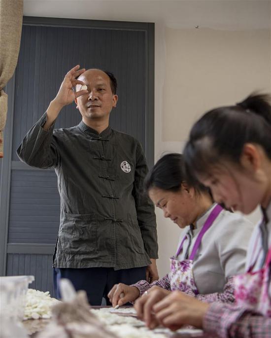 李国伟在云南保山市永子棋厂检查制作好的永子(5月12日摄)。