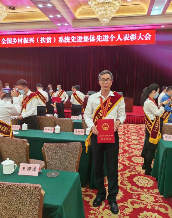 腾冲市脱贫攻坚一线基层干部李文波从北京载誉归来