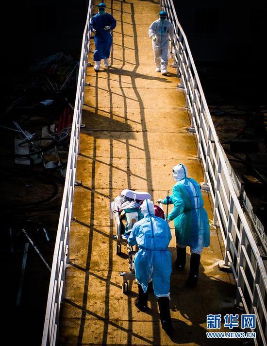 医护人员走向武汉火神山医院病房(2月4日摄,无人机照片)。 新华社记者 肖艺九 摄