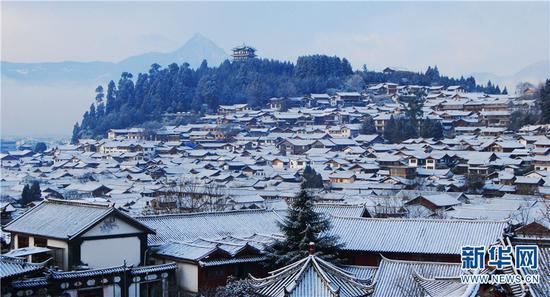 雪后的丽江古城如诗如画。新华网发(赵庆祖摄)