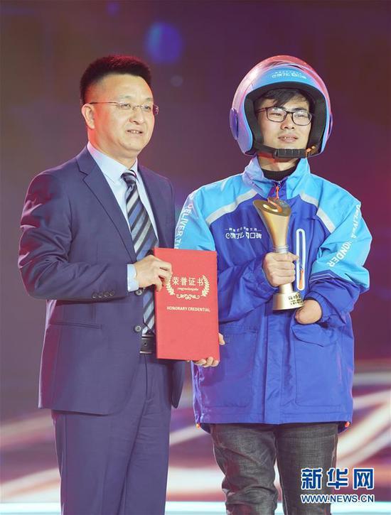 """1月16日,""""90后独腿独臂外卖骑手""""董洪喜(右)在颁奖典礼上新华社记者 才扬 摄"""