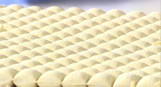 清香细嫩、质地细腻的石屏豆腐。新华网发