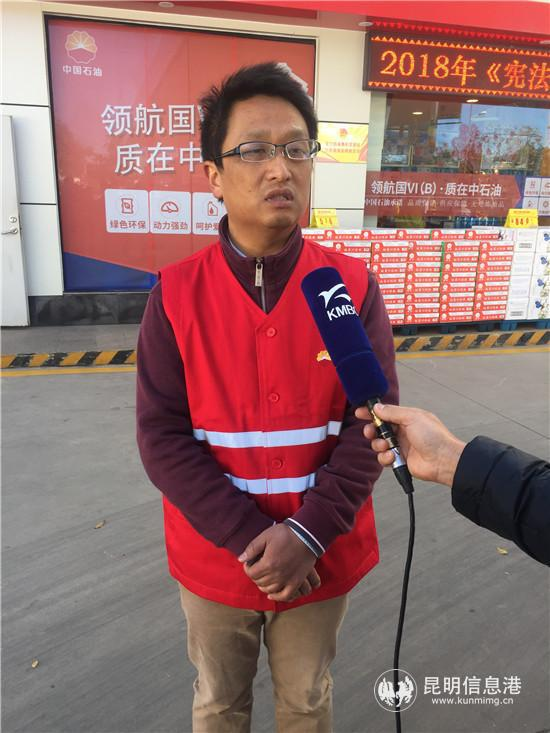 昆明市安全监督生产管理局法规宣教处处长杨汉义接受媒体采访。张蕊/摄