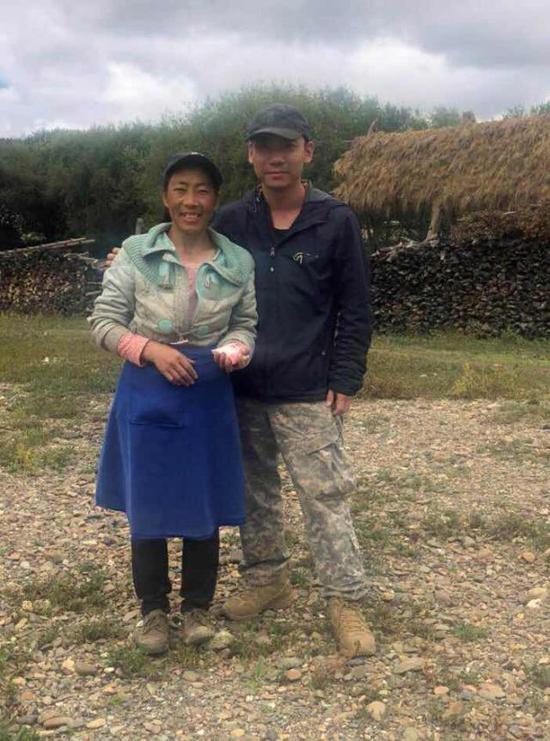 上海青年顾月明与建卡帮困的云南养鸭农民