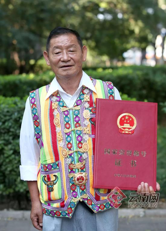 """高德荣被授予""""人民楷模""""国家荣誉称号奖章。记者雷桐苏摄"""