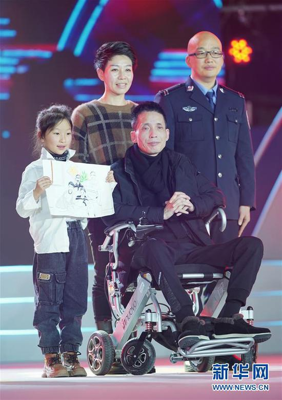 """1月16日,""""爱心接力员""""张海林(后排右)、朱丹丹夫妇在颁奖典礼上。"""