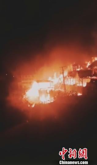 图为雨崩村发生的火灾 视频截图