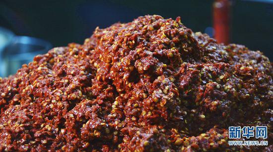 糍粑辣子一般都由多种辣椒搭配而成。(7月4日摄)新华网 徐华陵 摄