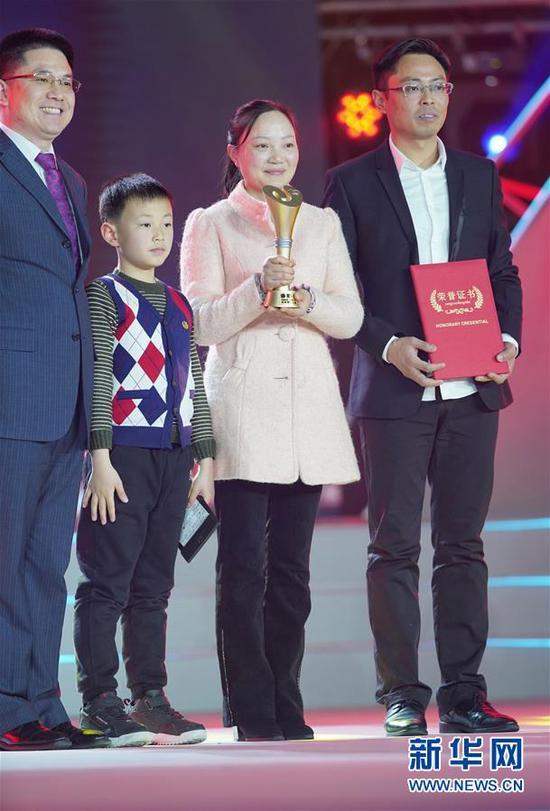 """1月16日,""""支教夫妻""""汤恒跃(右一)、吴玲(右二)在颁奖典礼上。 新华社记者 才扬 摄"""
