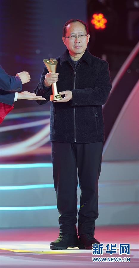 """1月16日,获得""""特别致敬奖""""的""""时代楷模""""张富清老人的儿子张健全在颁奖典礼上。新华社记者 才扬 摄"""