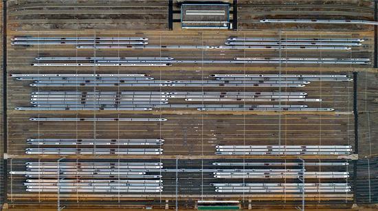 """航拍视角下的昆明动车所存车线,50余辆动车组团""""回家"""",场面壮观。新华网发(陈畅/摄)"""